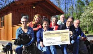AZ-Delegation überreicht dem Tierschutzverein M.U.T. einen 16 000-Euro-Scheck